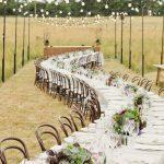 Une grande table de mariage dans un décor champêtre