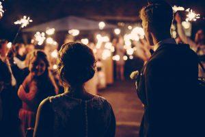 Un couple de mariés arrivant a la fête de mariage