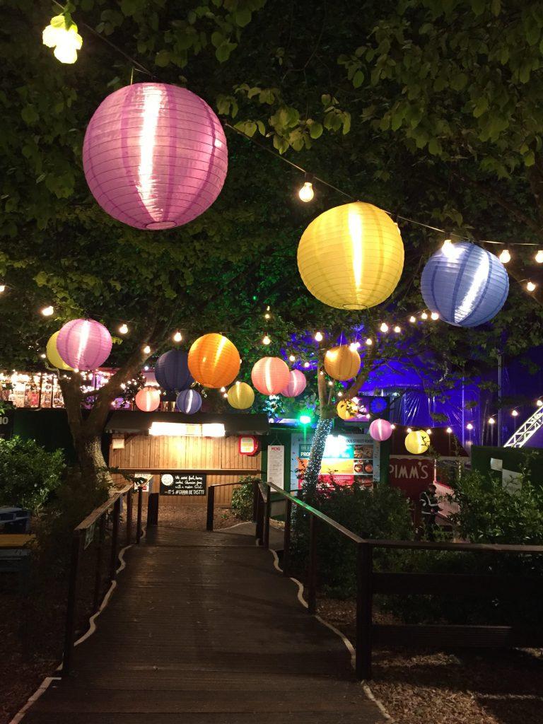 Une décoration extérieure à bas de lampions colorés