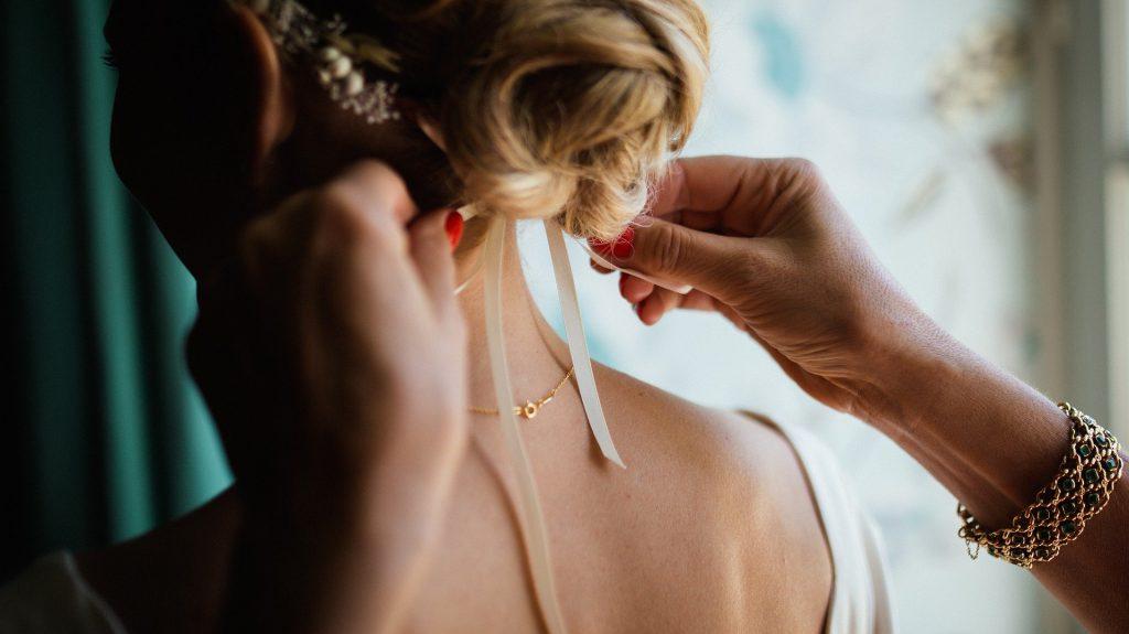 Une mariée finissant de se faire coiffer