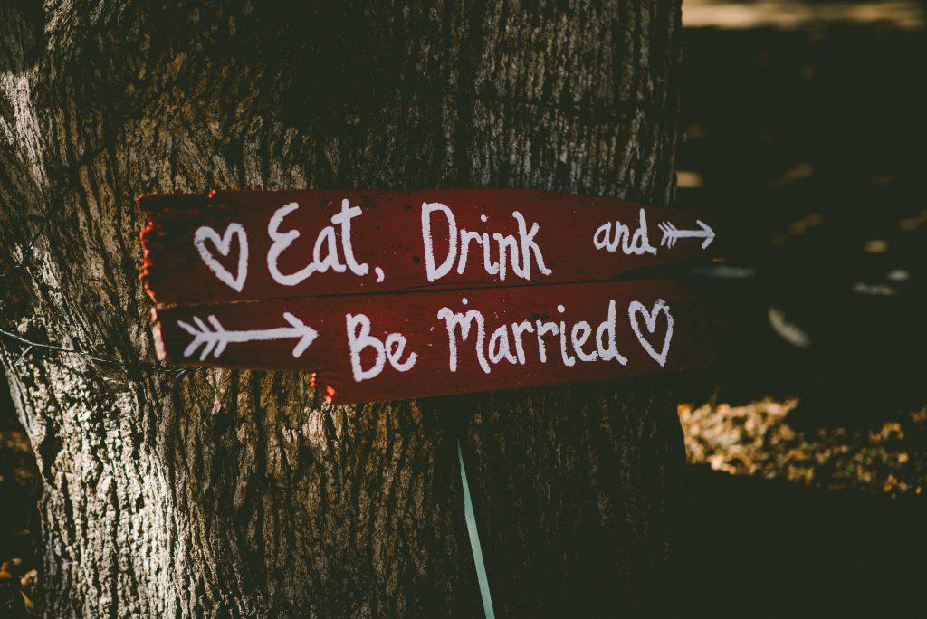 Un panneau indiquant le lieu du mariage