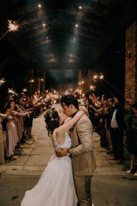 Un couple de mariés au milieu de leurs invités