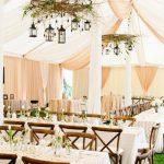 Une décoration de salle de mariage sous une tente
