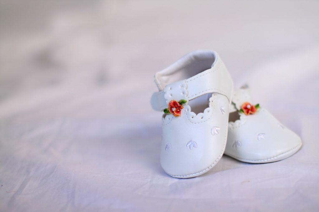 Une paire de chaussures bébé sur un coussin