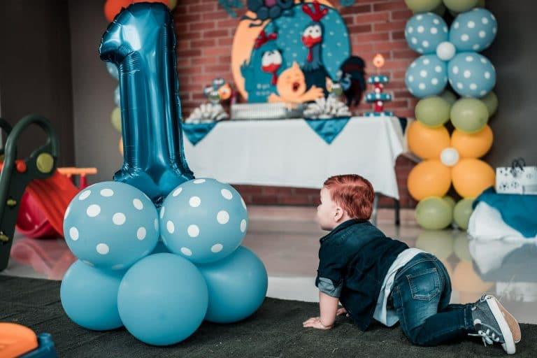 Bébé devant des ballons bleus
