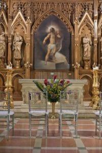 Chaises devant l'autel de l'église