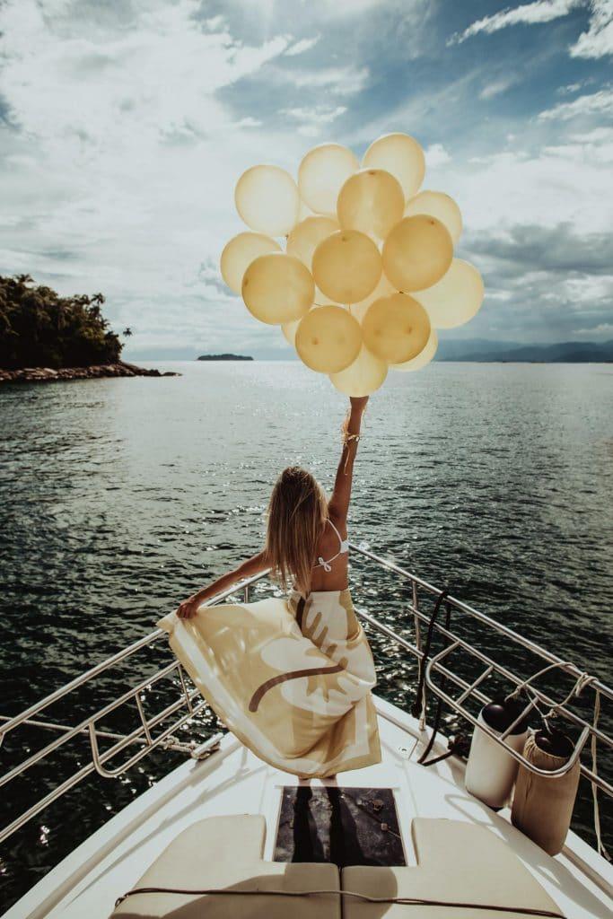 Femme sur un bateau avec des ballons
