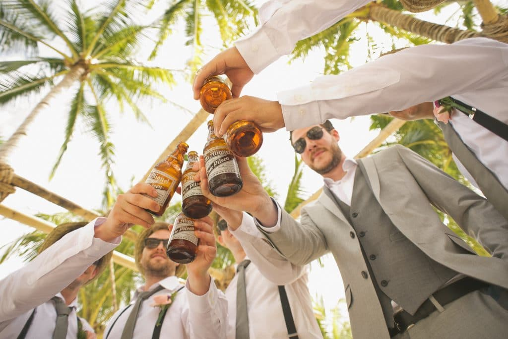 Un groupe d'amis qui trinquent à la bière
