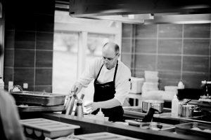 Un chef cuisinier dans sa cuisine