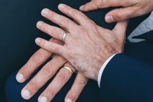 Deux mains d'hommes mariés avec alliances